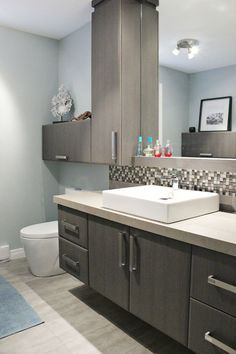 You can also opt for walk in shower designs without doors. Take a look at our bathroom remodeling ideas, compiled from our previous projects. Modern White Bathroom, Small Bathroom, Bathroom Renos, Bathroom Interior, Armoire Design, Laundry Room Cabinets, New Toilet, Home Remodeling, Bathroom Remodeling