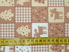 Kerst - Katoenen stof met een print van bruine, lichtgele en witte vakjes met daarin rendieren, kerstbomen, ruitjes, ...