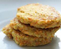 Galettes quinoa-carottes aux épices 2 oeufs 120 g de quinoa 1/2 oignon 2 carottes 240 g d'eau 4 c.à soupe de farine 3 c.à soupe de lait ou crème liquide 1 c.à soupe d'huile d'olive 1 pincée de curcuma 1 c.à soupe de cumin sel, poivre
