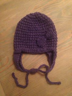 Easy knitted baby cap with bow