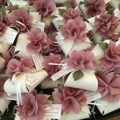 wedding favors with flowers Souvenirs et Cadeaux de Mariage Wedding Cards, Diy Wedding, Wedding Gifts, Dream Wedding, Wedding Invitations, Wedding Day, Wedding Gift Boxes, Wedding Favors For Guests, Spring Wedding