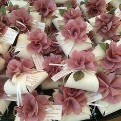 wedding favors with flowers Souvenirs et Cadeaux de Mariage Wedding Cards, Diy Wedding, Wedding Themes, Wedding Gifts, Wedding Invitations, Dream Wedding, Wedding Decorations, Wedding Cake Boxes, Valentine Decorations