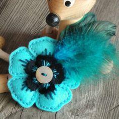 Opeříčkovaná brož květina ozdoba kytka knoflík brožka mandala filc vyšivka mandalka crochetka