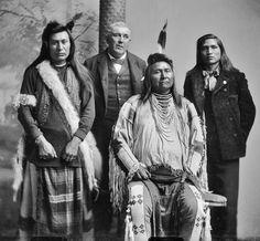 L-R: Ahlakat (Nez Perce), Benjamin F. Beveridge, Chief Joseph (Nez Perce), Amos F. Native American Pictures, Native American Wisdom, Native American Beauty, Native American Tribes, Native American History, American Indians, Blackfoot Indian, Native Indian, Chief Joseph