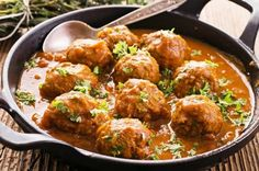 A clean meatball recipe certain to make your taste buds sing. This Indian Style Turkey Meatball Curry puts an ethnic twist on traditional meatball dishes. Used 2 tbls vindaloo curry spice and 1 tbls regular. Make Ahead Meals, Easy Meals, Healthy Dinners, How To Cook Meatballs, Indian Food Recipes, Ethnic Recipes, Cooking Recipes, Healthy Recipes, Meatball Recipes