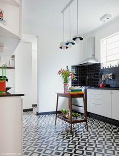 Nesse apartamento de 1938, plantas, cores e móveis restaurados pela própria moradora deixam a decoração aconchegante e original.