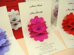 papierowe kwiaty na zaproszeniach ślubnych