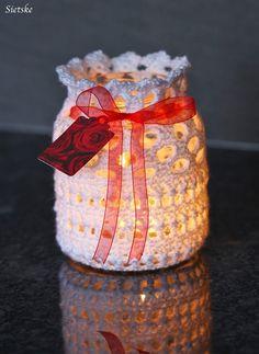 Sietske's Hobby's: sfeerlichtje Crochet Vase, Thread Crochet, Crochet Gifts, Crochet Flowers, Crochet Jar Covers, Crochet Square Patterns, Crochet Decoration, Mason Jar Centerpieces, Crochet Table Runner