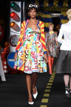 Pin for Later: Moschino's Modenschau war ein Paradies für schräge Vögel Daneben gab es wieder allerlei bunt bedruckte Kleider zu bestaunen Moschino Frühjahr/Sommer 2016