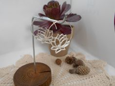 A que son monos? A que son muy chulos? Aretes Espiral con Flores de Loto para este Verano! Place Cards, Place Card Holders, Lotus Flower, Ligers, Spirals, Sterling Silver, Flowers, Summer Time