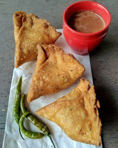 Good morning with samosa and chyy Indian Food Recipes, Vegetarian Recipes, Snack Recipes, Snacks, Samosa Recipe, Chaat Recipe, Middle East Food, Cooking Photos, Food Snapchat