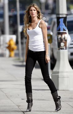 Gisele Bündchen Wearing Jeans and a T-Shirt Gisele Bündchen, Look Fashion, Teen Fashion, Fashion Models, Best Street Style, Street Style Women, Outfits For Teens, Casual Outfits, Looks Black