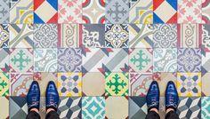足元には常にアート。配色とパターンが独特で素晴らしいスペイン、バルセロナに敷き詰められたモザイクタイル図鑑