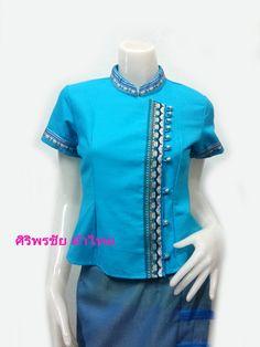เสื้อผ้าไทย เสื้อผ้าฝ้าย เสื้อใส่ผ้าซิ่น เสื้อผ้าฝ้ายสีฟ้าไม้แต่งกุ้นแดง ปักกระพวนโลหะเงิน
