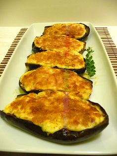 Reteta de vinete umplute cu carne tocata si sos bechamel.  Este reteta clasica, originala din bucataria greceasca, foarte gustoasa si cu aspect deosebit! Eggplant Rolls, My Recipes, Cooking Recipes, Romanian Food, Hungarian Recipes, Recipe Images, Food To Make, Zucchini, Appetizers