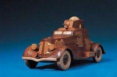 Auto miniatura fabricado en madera reciclada