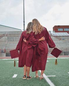 College Graduation Photos, College Graduation Pictures, Graduation Picture Poses, Graduation Photoshoot, Grad Pics, Friend Senior Pictures, Cap And Gown Pictures, Graduation Cap And Gown, Graduation Photography