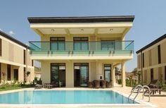 Турция – продаются шикарные Виллы, которые входят в жилой комплекс  Голдсити. Вилла, площадью 204 м², со своим собственным бассейном , площадью 40 м²  с местом для барбекю.  Внутри виллы: зал, отличная кухня,  три спальные комнаты, две ванные, дополнительный санузел на первом этаже , два больших балкона и просторная терраса.  Пол из мрамора,  оригинальный камин, четыре кондиционера, солнечные панели. Вилла полностью меблирована и оснащена современной бытовой техникой. Цена: 400000 Евро