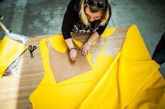 Jeden z pierwszych etapów powstawania naszych torebek. Ręczne odrysowywanie z form.
