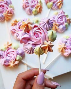 Cake Pops Flower Ideas For 2019 Meringue Pavlova, Meringue Desserts, Meringue Cookie Recipe, Pavlova Cake, Cakepops, Decoration Patisserie, Meringue Kisses, Cookie Pops, Bake Sale