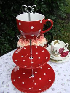 Love this spotty cake stand Cake Tray, Cake Plate, Caravan Living, Cupcake Tier, Crafts To Make, Diy Crafts, Vintage Crockery, Red Plates, Afternoon Delight