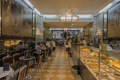 """Eu sou Bocage, venho do Nicola,Vou p'ro outro mundo,se dispara a pistola"""" O Café Nicola existe desde finais do século XVIII Aqui vendiam-se cafés e refrescos e era um local frequentado por jacobinos e maçónicos. O botequim Nicola deve a sua fama ao poeta Manuel Maria Barbosa du Bocage. que o frequentava no século XIX. O café Nicola encerrou em 1834 e reabriu como café em 1929, sendo um dos cafés mais antigos do Rossio. Bocage é a imagem de marca. Fotografia Ana Luisa Alvim"""