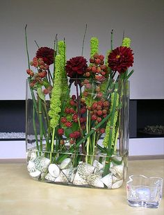 Summer flower arrangement with a touch of late summer and autumn - Amaranthus, dahlias, wild blackberries, grass snakes and shells - diy