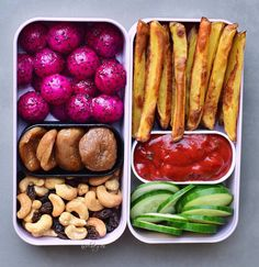 """9,912 Likes, 218 Comments - Ela Vegan  (@elavegan) on Instagram: """"Hi guys, I hope you had a good start into the new week. Here you can see a bento box which I made a…"""" Vegan Lunch Box, Vegan Lunches, Vegan Foods, Yummy Snacks, Healthy Snacks, Healthy Eating, Yummy Food, Vegan Meal Prep, Lunch Recipes"""