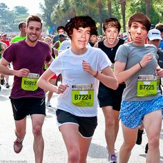 Harry, Niall & Louis running in a marathon with the most photogenic man. & I just noticed Zayn and Liam in the background. Love the sports bra, babe.