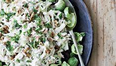 Denne salat er en mellemting mellem en coleslaw og en waldorfsalat. Frisk, syrlig og sød på en gang og med masser af godt at tygge på. Passer fint som tilbehør til stegt kød, frikadeller, hakkebøffer, vildt og fjerkræ.
