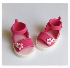http://lamuccasbronza.blogspot.com  sugarpaste baby shoes  piccole scarpine di zucchero