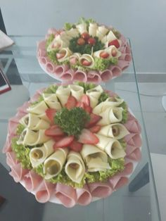 Ensaladas, adornos gourmet Canapes Gourmet, Meat And Cheese Tray, Cheese Platter… – Meatappetizers Meat And Cheese Tray, Meat Trays, Food Trays, Cheese Platters, Meat Platter, Meat Appetizers, Appetizers For Party, Appetizer Recipes, Appetizer Dips
