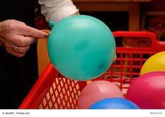 """""""Luftballon-Zauberei""""? Ein Experiment für Kinder  Luftballons habt ihr vermutlich immer in eurer Kita vorrätig. Dieser kleine Zaubertrick mit Luftballons und Nadel wird Kinder begeistern. Anschließend könnt ihr mit den Kindern dem """"zauberhaften Phänomen"""" auf den Grund gehen."""