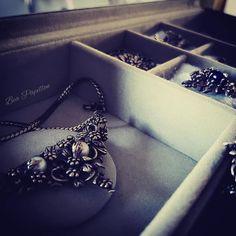 "Niffler ♡ on Instagram: ""Treasure chest 🌹 #vintage #vintagepandora #mypandora #instapandora #pandora #shopoholics #pandora #dopandora #pearls #necklace…"" Pandora Necklace, Treasure Chest, Shoulder Bag, Pearls, Diamond, Bags, Vintage, Instagram, Jewelry"