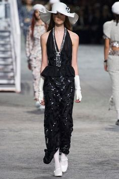 Chanel Resort 2019 by Vogue Runway Chanel Fashion, Fashion Brand, Runway Fashion, Fashion Outfits, Womens Fashion, Fashion Design, Chanel Resort, Chanel Cruise, Chanel Couture