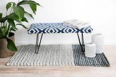Neu und voll im Trend: Polsterungen aus Teppich! Sie können diesem Trend folgen und zwar mit dieser DIY Kelim Bank. Wie einfach sie geht, zeigen wir hier.