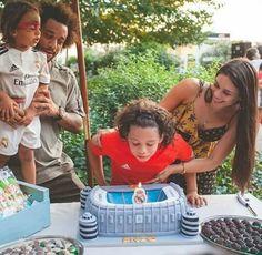 Celebra su cumpleaños con una tarta del Bernabéu, una vela que es el escudo del Madrid, su hermano vestido del mejor club del mundo...esta familia no puede ser más madridista.