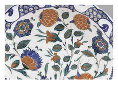 Plat à marli chantourné aux tiges fleuries  - Musée national de la Renaissance (Ecouen)
