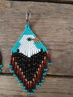 Beaded Eagle Earrings, Boho Tribal Fashion oorbellen, Native American Beaded Earrings, Thunderbird oorbellen, Tribal verklaring oorbellen Maten: Lengte - 3.9 inh/10 cm Breedte - 1.5 inh/4 сm Materialen: metalen oorhaken Tsjechische glaskralen Nylondraad Inspiratie:) •100 scherpe