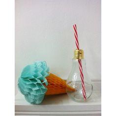 Original vaso de cristal en forma de bombilla. No pasará desapercibido entre tus invitados, ¡les encantarán!