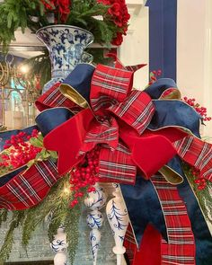 I don't know about you, but I am STILL learning how to make bows 🙄 I confess to buying them already made because I am so bad. Blue Christmas Decor, Tartan Christmas, Gold Christmas Decorations, Christmas Swags, Nutcracker Christmas, Christmas Tree Themes, Merry Little Christmas, Country Christmas, Christmas Crafts