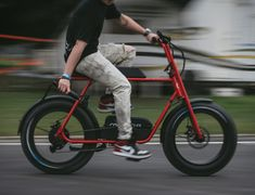 The fun design of the Buzzraw Electric Cruiser gets inspiration from the American mini-bikes. It has a distinct saddle design that maximizes Eletric Bike, E Bike Battery, Giant Bikes, Power Bike, Scooter Bike, Fat Bike, Cool Gear, Electric Bicycle, Bike Frame