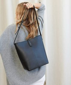 handbags and purses leather Tote Handbags, Purses And Handbags, Leather Purses, Leather Handbags, Leather Backpack, Leather Bag, Types Of Bag, Black Tote Bag, Cloth Bags