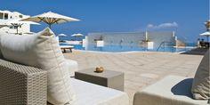 Respirez le parfum de fleurs d'oranger et de jasmin, courrez piquer une tête dans la Grande Bleue, abusez de cure de soleil...  L'hôtel Radisson Blu Ulysse Resort & Thalasso, pionnier des établissements de Djerba  s'impose au milieu d'une palmeraie et défie l'une des plus belles plages de l'île. La sobriété et le chic de son architecture typique s'intègrent impeccablement à l'environnement vous offrant un séjour épicé à l'oriental.