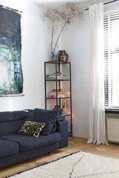 Woonkamer met houten vloer en blauwe bank | Living room with wooden floor and blue couch | vtwonen binnenkijken special 12-2017 | Fotografie Anouk de Kleermaeker | Styling Esther Loonstijn