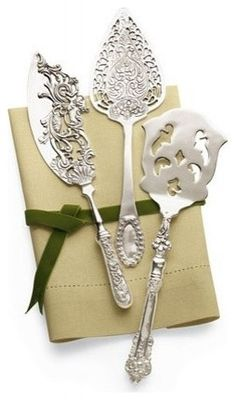 This silver-plated serving set comes with a cake knife, a pie server, and a slotted server. Each piece is 11.5L.