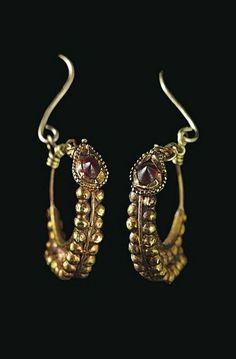 A PAIR OF ROMAN GOLD AND GARNET EARRINGS - CIRCA 1ST CENTURY B.C. / 1ST CENTURY A.D.