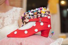Alfileres de novia originales. Detalle invitadas de boda Heels, Fashion, Photo Studio, Originals, Christening, Boyfriends, Heel, Moda, Fashion Styles