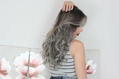 nuance de gris, cheveux bouclés, papier peint à motifs floraux, rouge à lèvres bordeaux foncé