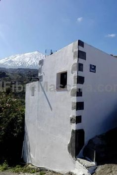 Casa Armando El Amparo Located in El Amparo in the Tenerife Region, this detached holiday home is 35 km from Playa de las Americas. Guests benefit from terrace and a barbecue. There is a seating area, a dining area and a kitchen equipped with a fridge.